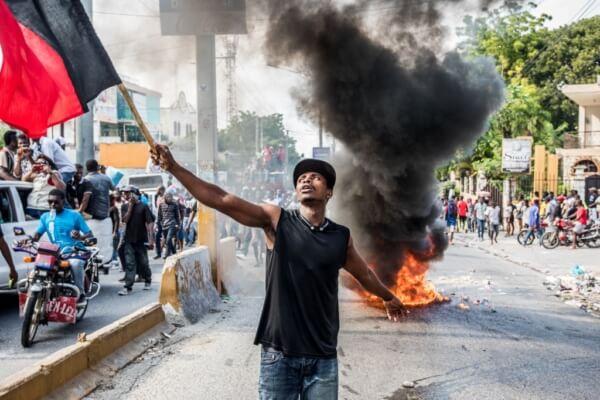 Manifestation violente contre le gouvernement à Port-au-Prince, la capitale d'Haïti, le 18 novembre 2019. Haïti est l'un de ces Etats sur la planète en proie à des difficultés socio-économiques majeures et chroniques. (Photo by Valerie Baeriswyl / AFP)